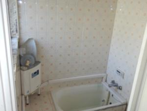 改修前のタイルの浴室です。
