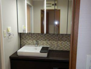 洗面所はオーダーカウンターでピッタリ寸法! 正面はタイルです!
